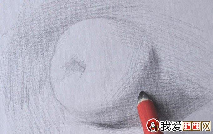 6、用纸笔擦出苹果的暗面与投影,苹果的立体感就比较明显了,控制好力度。  7、明暗交界线的地方可以用手指擦一下,手指擦出来的虚比较厚实。  8、用4B的铅笔继续加重明暗交界线的变化,要把一个地方画黑要一层一层地画。