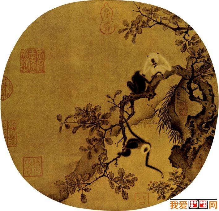 《猿猴摘果图》,宋代,佚名,纸本设色,团扇,纵25厘米,横25.6厘米,北京故宫博物院藏  《猿猴摘果图》不知原载何册,亦无作者姓氏。描状深山野林里的猿猴生态,笔法工丽严谨,精细而不乏生动,特别是猿猴的动态刻画,颇能传神,典型的院体风格。图绘三只猿猴攀援栖止于树枝上。其中两猿正品果嬉戏,另一猿右臂抓树,左臂摘取红果,形象生动可爱。作者运用极为工细的笔法,描绘猿猴茸茸的细毛、灵巧的动态以及老树的虬枝和枯叶,显示出深厚功力。图中坡石用小斧劈皴,枝叶用双钩填色,笔法精工巧丽。 深秋季节3只猿猴攀援于树枝上嬉戏摘
