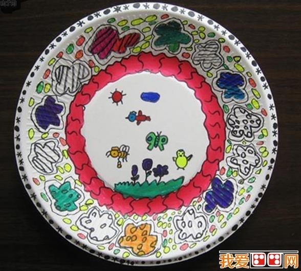不讲究技法和表现形式,所以生活中各种各样的东西都可以成为儿童画的素材。白色单调的纸盘也可以成为儿童画的画纸。下面来欣赏缤纷多彩的儿童纸盘画。  儿童画欣赏:缤纷多彩的纸盘画  儿童画欣赏:缤纷多彩的纸盘画  儿童画欣赏:缤纷多彩的纸盘画  儿童画欣赏:缤纷多彩的纸盘画  儿童画欣赏:缤纷多彩的纸盘画 以上就是关于儿童画欣赏:缤纷多彩的纸盘画的全部内容,感兴趣的朋友请继续关注我爱