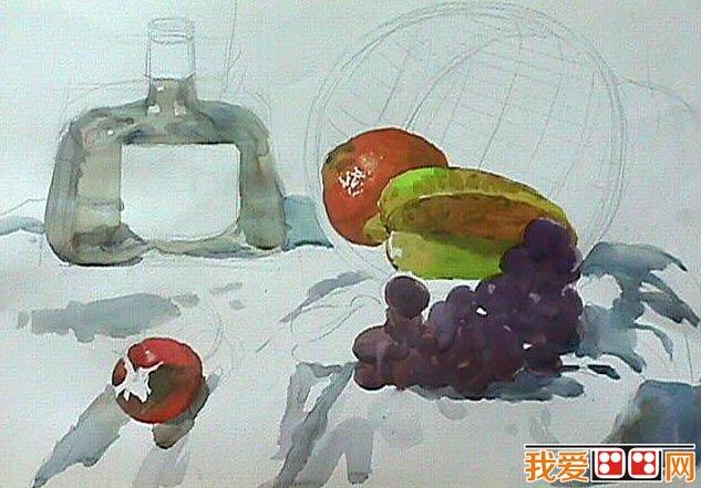 轮廓,确定水彩画中各物体的位置及形状。  水彩画教程:水果和酒瓶静物水彩画教程 先画鲜艳色物体,将西红柿等颜色鲜艳的水果上色。  水彩画教程:水果和酒瓶静物水彩画教程 继续主题物描写。  水彩画教程:水果和酒瓶静物水彩画教程 加上竹篮背景,刻画水彩画细节。  水彩画教程:水果和酒瓶静物水彩画教程 营造背景与整体气氛。  水彩画教程:水果和酒瓶静物水彩画教程 瓶子等物体加上细节。  水彩画教程:水果和酒瓶静物水彩画教程 整体修饰加强。  水彩画教程:水果和酒瓶静物水彩画教程 葡萄洗出光泽,整幅水彩画就这样完