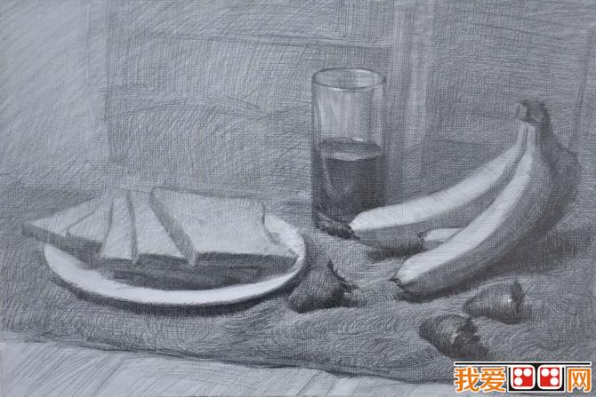 静物素描就是以物体为素描主题进行绘画的素描作品。静物素描大多以石膏像或者水果摆设组合等静物为主要素描对象。下面来看看香蕉面包草莓静物组合素描教程步骤。  香蕉面包草莓静物组合素描教程步骤 一、用3B铅笔打出整个素描整体大的外形轮廓,再确定素描构图与物体的位置以及各个物体相互间的比例关系。  香蕉面包草莓静物组合素描教程步骤 二、画出物体各个部分的大致形状,再整体稍微上一点明暗。  香蕉面包草莓静物组合素描教程步骤 三、用5B铅笔铺出大色调,这里注意区别物体的色调和明暗关系。  香蕉面包草莓静物组合素描教程