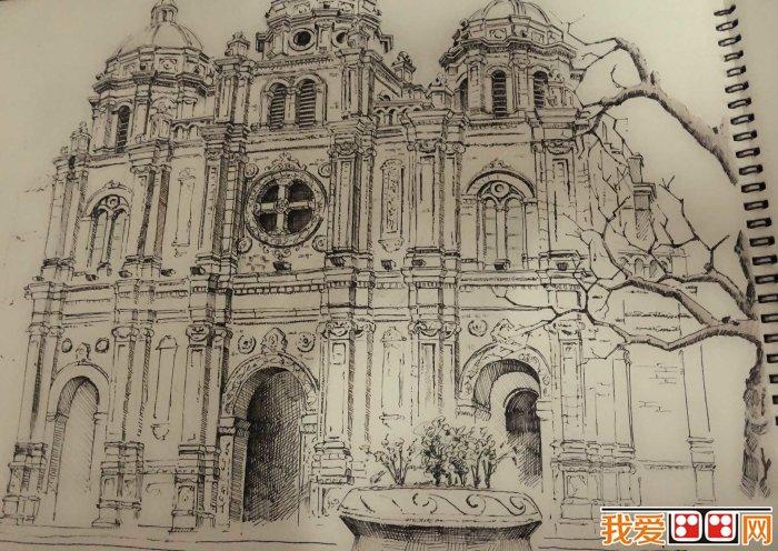 哥特式建筑的特点是尖塔高耸,尖形拱门,大窗户