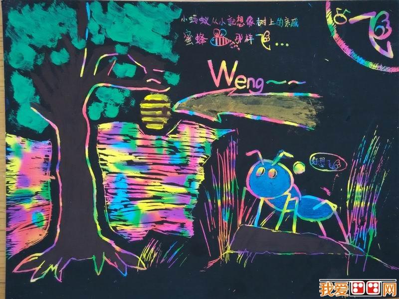 """用了荧光色笔,给故事背景很好地上了合适的色彩。同时,图文解说中的""""飞""""加了翅膀,十分形象可爱。  儿童画绘本:蚂蚁的梦想 小蚂蚁一直在寻找飞行的方法,从乌龟邮递员那里得知,森林的深处有一种""""心想事成""""药水。于是,小蚂蚁便启程,到了森林的入口,小蚂蚁退缩了,一眼望去阴森森的。这里远处出现了月亮,有些阴森气息和森林的气氛十分吻合。可以看出小画家在掌控画面氛围方面十分厉害。虽然小画家仍未完成这一帧,但故事情节都已经很完整。  儿童画绘本:蚂蚁的梦想 小蚂蚁走啊走,"""