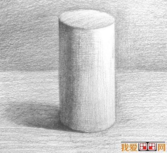 详解。  几何圆柱体素描素描教程详解 一、使用2B铅笔,画出圆柱体的基本外轮廓。把握好物体的长宽比例。依据光源位置,画出圆柱体的明暗交界线及其投影的位置。  几何圆柱体素描素描教程详解 二、使用4B铅笔,对圆柱体的暗部调子及投影调子进行统一整体的上色。加强暗部色调的刻画,并逐步向灰面过渡。注意排线的密度。  几何圆柱体素描素描教程详解 三、使用6B铅笔,加强明暗交界线的刻画。画出灰面的色调。画出圆柱体顶面的灰面调子。注意排线方式。  几何圆柱体素描素描教程详解 四、对背景进行上色,同时画出圆柱体的灰面色调