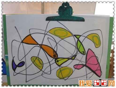 """在美工操作活动中,教师要求幼儿用橡皮泥表现""""线""""的不同立体造型."""