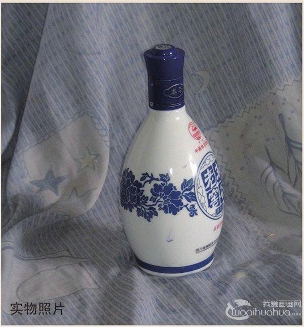 水粉白酒瓶的画法步骤教程    步骤一:用铅笔起稿,画出酒瓶和衬布