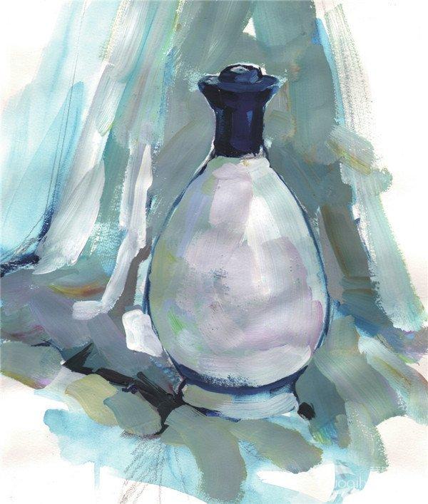 步骤一:用铅笔起稿,画出酒瓶和衬布的大体轮廓。  水粉白酒瓶的画法步骤一 步骤二:用水调和水粉颜料,沿着铅笔稿画出酒瓶的单色稿。  水粉白酒瓶的画法步骤二 步骤三:调和颜色,用大笔迅速铺出酒瓶和背景的大体颜色。  水粉白酒瓶的画法步骤三 步骤四:塑造酒瓶的形体,刻画酒瓶的细节,并且调整背景的颜色。  水粉白酒瓶的画法步骤四 步骤五:深入刻画瓶子的细节与背景,运用明度变化、纯度变化、冷暖变化来塑造出整体的空间层次,完善画面,画出完整的酒瓶。  水粉白酒瓶的画法步骤五 现代酒瓶内涵丰富,已经超出了仅为盛酒容器