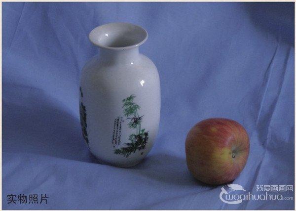 """苹果是种低热量食物,每100克只产生60千卡热量;苹果中营养成份可溶性大,易被人体吸收,故有""""活水""""之称,有利于溶解硫元素,使皮肤润滑柔嫩。苹果中还有铜、碘、锰、锌、 钾等元素,人体如缺乏这些元素,皮肤就会干燥、易裂、奇痒。把它敷在黑眼圈的地方,可以助于消除黑眼圈。分享水粉瓶子和苹果的"""