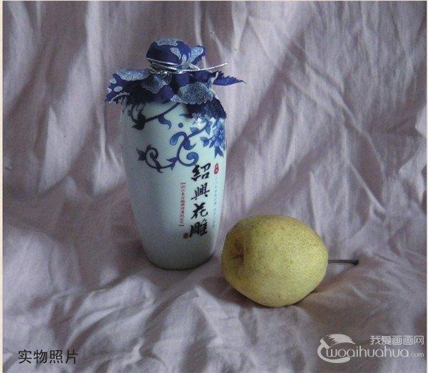 水粉酒瓶和梨的绘画步骤    步骤一:先用 铅笔画出酒瓶和梨的大体