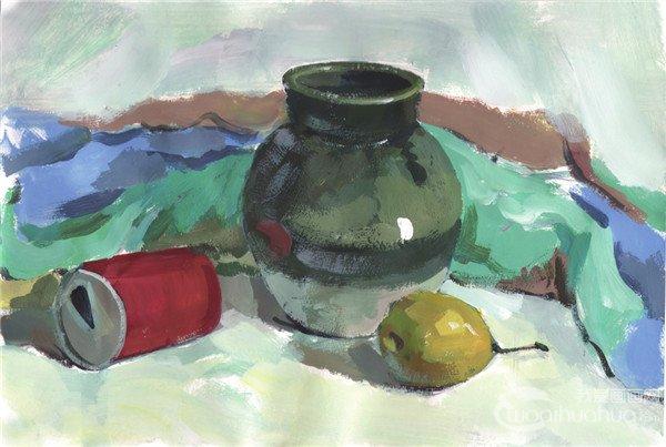 步骤四:丰富静物和衬布的颜色,塑造罐子、易拉罐和梨子的形体,将背景铺满,确定画面的整体色调和空间关系。  水粉画陶罐静物组合绘画步骤四 步骤五:进一步表现罐子、易拉罐和梨子的色调和细节,并调整背景颜色。  水粉画陶罐静物组合绘画步骤五 步骤六:加强对细节的刻画,画出对象的环境色,然后调整并完善画面,将画面表现完整。  水粉画陶罐静物组合绘画步骤六 水粉画陶罐静物组合写生时,注意对细节的观察,加强刻画,将画面表现完整。