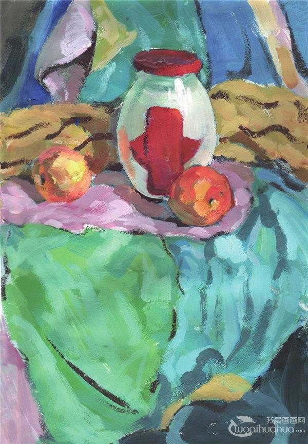 步骤三:画出对象的亮面,调整玻璃瓶和水果的形体,并进一步调整衬布的色调。  水粉玻璃瓶和水果组合绘画步骤三 步骤四:深入刻画和表现对象的局部与细节,注意不要画得零乱。  水粉玻璃瓶和水果组合绘画步骤四 步骤五:进一步加强对各个物体的局部细节和质感的表现,然后整体调整画面效果,将画面表现完整。  水粉玻璃瓶和水果组合绘画步骤五 玻璃瓶是我国传统的饮料包装容器,玻璃也是一种很有历史的包装材料。