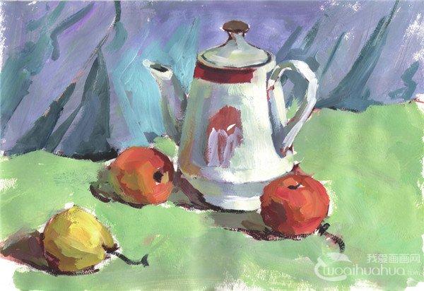 步骤三:继续上色,画出水壶和水果亮面的颜色及绿色衬布颜色,并塑造水壶和水果的形体。  水粉水壶和水果组合绘画步骤三 步骤四:加强对静物体积感和质感的塑造,主体水壶和前景处的水果在用笔上可厚重些,背景及远处的静物用笔应概括。  水粉水壶和水果组合绘画步骤四 步骤五:深入刻画对象细节,塑造对象形体,并点出对象的高光。  水粉水壶和水果组合绘画步骤五