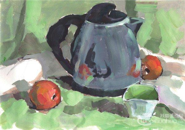 不锈钢水壶静物写生步骤一:先用铅笔起稿,画出不锈钢水壶、杯子和水果的轮廓,然后沿铅笔稿画出单色稿。  水粉不锈钢水壶组合绘画步骤一 不锈钢水壶静物写生步骤二:先用大笔铺出衬布的大体色调,然后画出不锈钢水壶、杯子和水果的暗面和阴影的色调。  水粉不锈钢水壶组合绘画步骤二 不锈钢水壶静物写生步骤三:进一步上色,画出水壶的大体的环境色,然后再画出水果、杯子亮面的颜色,接着再画出白色衬布暗部的颜色。  水粉不锈钢水壶组合绘画步骤三