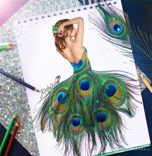 kristina webb创意彩铅画,用孔雀的羽毛穿在身上,寓意人与动物的和谐