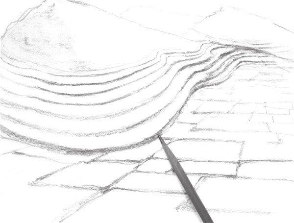 7、强调近景中的地面明暗,注意要比之前较远一点的砖块的调子重一些。  速写丘陵风景的绘画步骤教程七 8、添加画面的小细节,并用细线条排列的方式将丘陵暗部强调出来。  速写丘陵风景的绘画步骤教程八 9、继续强调明暗细节,注意不要画得太过,要根据画面的整体效果来调节。  速写丘陵风景的绘画步骤教程九 中国自北至南主要有辽西丘陵,江淮丘陵和江南丘陵等。黄土高原上有黄土丘陵。长江中下游河段以南有江南丘陵。辽东,胶东两半岛上的丘陵分布也很广。
