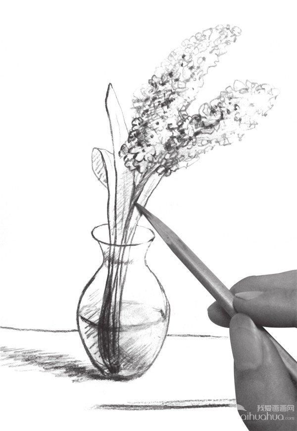 7、添加花瓶在桌面上的投影,注意光的打向,加深植物根部阴影。  速写瓶花的绘画步骤七 8、调整花的部分,添加花枝干的阴影,塑造整体体积感。  速写瓶花的绘画步骤八 9、加深花瓶底部的投影,部分完成画面的绘制,调节画面后瓶花即可完成。  速写瓶花的绘画步骤九 上述速写瓶花九步骤,你都学会了吗?赶紧来试试吧!
