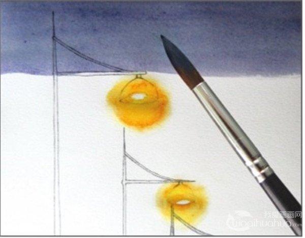 3、用普蓝色和灰色调出蓝灰色,从上面开始画天空,注意在画到街灯的时候距离灯光留出一定的位置,不要上色,避开街灯,颜色向下渐渐变淡。  水彩透视法傍晚的街灯绘制步骤三 4、这一步从橙色开始上色,向上渐渐与深蓝色的部分融合,形成从冷色到暖色的渐变,还是要注意避开灯光的地方。  水彩透视法傍晚的街灯绘制步骤四 5、继续上天空的颜色,下面一段的天空是紫红色的,在上面一层颜色的基础上加入一点青莲色和胭脂红色,也是以渐变的方式与上面一段融合。天空与灯光的衔接同晕染灯光的方法一样。  水彩透视法傍晚的街灯绘制步骤五