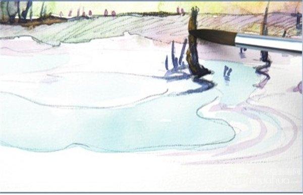 5、在这一步中画树林草丛的倒影,在倒影中要注意晕染一些树林本身的颜色。  水彩水平构图示例湖边的景色绘制步骤五 画树根的时候晕染一些画树林的橙色,在颜料未干时画上深色,这样树根就有了一些逆光的效果。  水彩水平构图示例湖边的景色绘制步骤五-1 6、接下来用画天空的淡蓝色来画湖面的高光,再调一些深紫色画湖边的芦苇和树根。  水彩水平构图示例湖边的景色绘制步骤六 金秋的一处湖边的风景,最后加些小细节,如湖岸边的一些杂草,可以丰富画面。  水彩水平构图示例湖边的景色绘制步骤六-1 水平构图给人宽广,平稳,宁静的