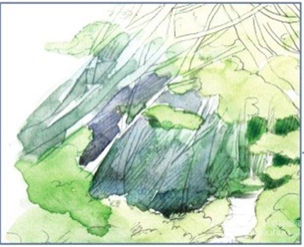 4、用翠绿色加上一点柠檬黄色,画远处树林深色的部分,再加一点普蓝色,画右边近处草丛背光面的颜色。  水彩技法:小径的绘画步骤四 树林里的小树枝可以先不用考虑它的颜色,因为越远的景物颜色越接近背景,颜色对比不应太大。  水彩小径的绘画步骤四-1 5、在前面颜色的基础上再加些青莲色,用来画远处树林的颜色。  水彩小径的绘画步骤五 给左边的草丛上第二层颜色时用点的方式上色,这样避免颜色都涂满了,可以留出下面的颜色,这样草丛的颜色就会更丰富些。  水彩小径的绘画步骤五-1 6、用更深一点的翠绿色再叠一层树林的颜色
