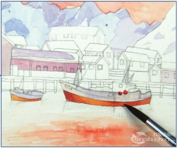 9、上完雪上之后开始上房屋的颜色,用淡黄色和淡紫灰色画正面的房屋墙面的颜色,注意墙面的颜色不宜太深,房屋阴影的颜色稍微深一点。画好浅色的墙面之后,顺带将同样浅色的船上的颜色也一并画了。  水彩技法:雪山小镇的绘制步骤九 在上游艇的这个橙红色的时候也不要完全地平涂,因为船身是有弧度的,也要有高光和明暗交界线。  水彩技法:雪山小镇的绘制步骤九-1