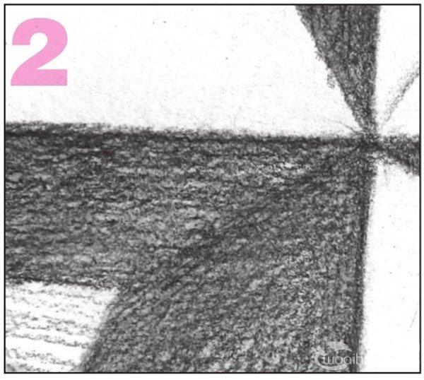 13、画出物体右侧背景的整体调子。加强物体投影的色调,与暗部拉开对比。  素描棱锥贯穿体绘画步骤13 使用2B铅笔,对物体右侧的平面进行整体排线。  素描棱锥贯穿体绘画步骤13-1 加深刻画物体的投影,增强物体的立体感。  素描棱锥贯穿体绘画步骤13-2 14、使用2B铅笔,画出贯穿体中长方体右侧的亮面调子。注意排线密度。  素描棱锥贯穿体绘画步骤14 15、接着画出贯穿体中长方体左侧的亮面调子。注意调子的深浅变化。  素描棱锥贯穿体绘画步骤15
