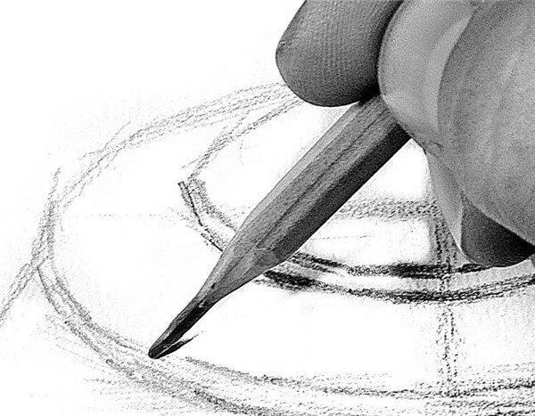 步骤1 2、按照圆形透视规律画上壶嘴,再参照中间的纵向辅助线,找出水壶腰部的结构线。  素描电水壶的绘画步骤2 3、在整个电水壶的大体比例确定下来后,进入结构环节的描绘,这一步要细致分析。  素描电水壶的绘画步骤3