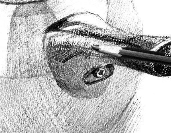 20、改用8B铅笔描绘黑色的壶盖把子,注意塑料与不锈钢的质感区别。  素描电水壶的绘画步骤20 21、壶盖上也得添加一些灰色调子,削弱生硬的黑白对比,表现不锈钢调子的微妙变化。  素描电水壶的绘画步骤21 22、用6B或8B铅笔加重电水壶把子的深色部分。  素描电水壶的绘画步骤22 23、补充把子的灰色部分,留出塑料把子的高光,与壶身的不锈钢的高光对比,需要浅浅地上一次灰调子。  素描电水壶的绘画步骤23