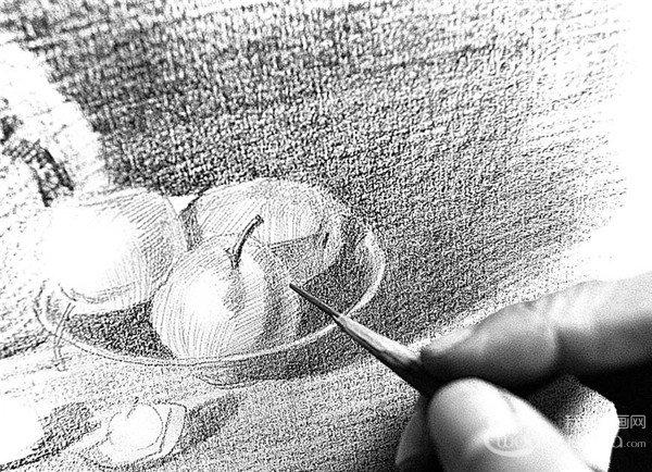 8、把铅笔削尖,深入刻画盘中水果的结构。  素描水果的绘画步骤8 9、用4B、6B铅笔分别刻画西瓜暗部与亮部的纹路,注意其虚实变化,强调西瓜的特征。  素描水果的绘画步骤9 10、擦拭西瓜的纹路和表皮部分,加强西瓜外表皮的细腻质感。  素描水果的绘画步骤10