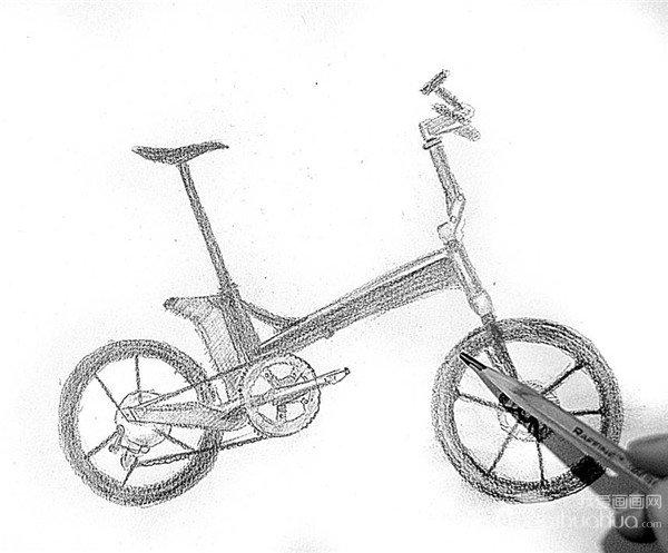 10、把铅笔削尖,表现车轮的立体感,以及橡胶材质的质感。  自行车的绘画步骤10 11、再整体观察一下,调整局部的问题,使自行车的结构、比例及质感的表现都比较准确。  自行车的绘画步骤11 自行车种类很多,有单人自行车,双人自行车还有多人自行车。